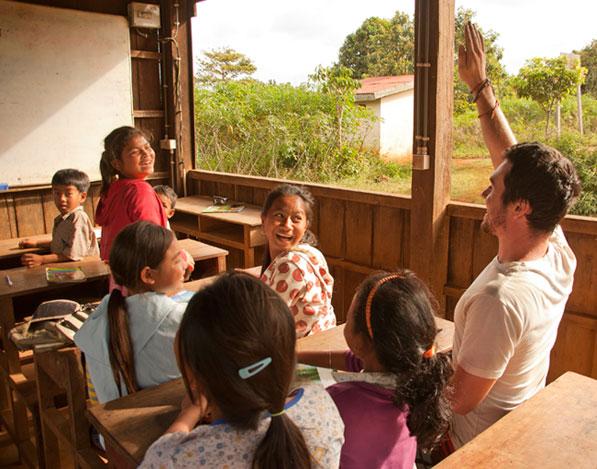 Village d'enfants d'Asie à l'école