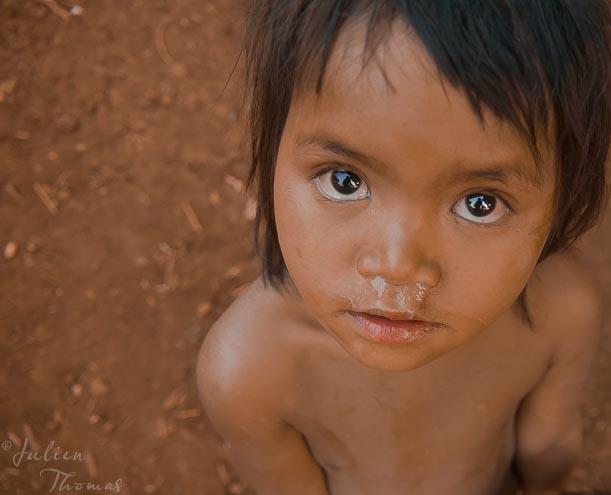 Vous m'intriguez est une photoraphie réalisée au Laos du voyageur Julien Thomas