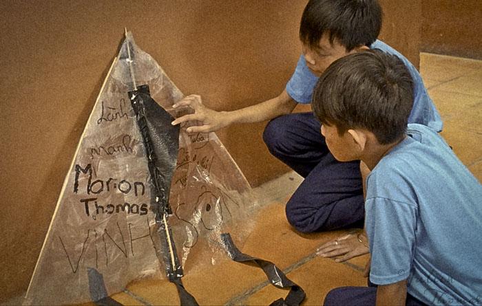 Les premiers cerfs-volants fabriqués à partir de déchets s'envolent au Vietnam !