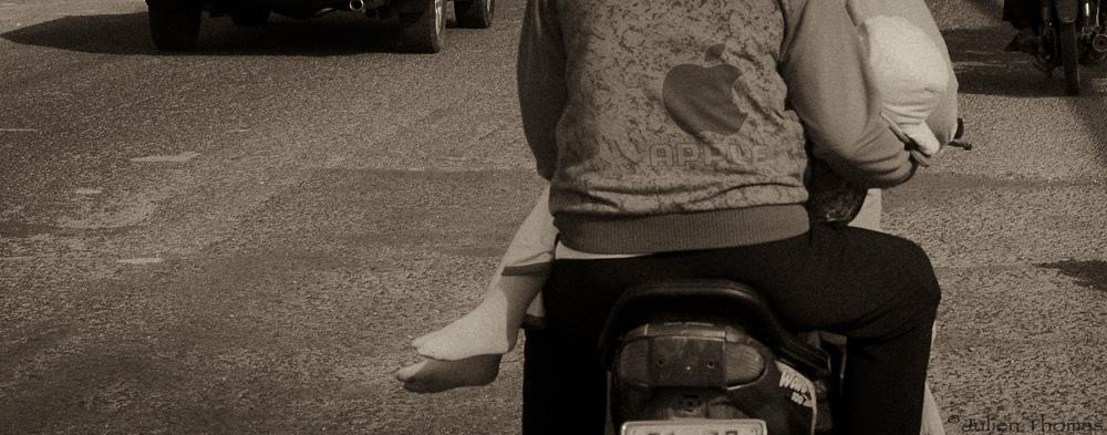 Enfant Vietnam moto
