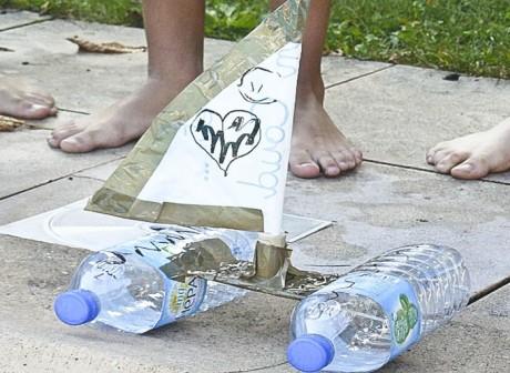 enfant recyclage boutielle plastique