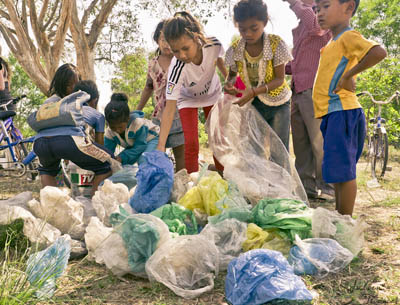 Julien Thomas, projet éco-ludique, Cambodge, Sihanoukville, déchets plastiques, painting smiles, cerfs-volants