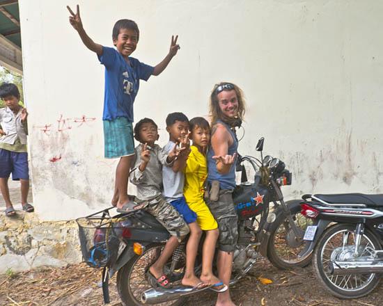 Painting Smiles, cerfs-volants, atelier de fabrication, Cambodge, moto